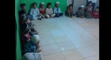 Rutinkan Sedekah Nasi Box untuk Santri & Dhuafa