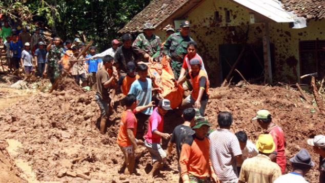 Gambar Menolong Korban Bencana Alam - AR Production