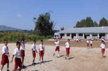 500 Tas dan 1000 buku untuk SD Negeri Lobuhole