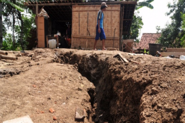 Tanah Bergerak, Ratusan Keluarga Kehilangan Rumah