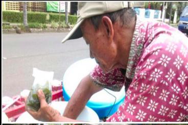 Bantu Kakek Cincau Renovasi Rumah di Kampung