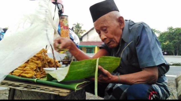 Kakek 95 thn Berjualan Tahu, Untung hanya Rp16.000