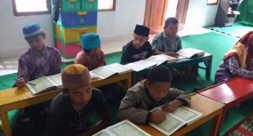 Anak-anak Pinggir Hutan ini Butuh Bantuan Buku