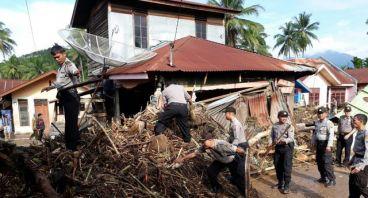 Bantu Korban Banjir Bandang