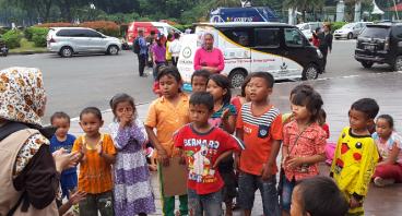 Bantu 63 Anak Petani Karawang Untuk Bersekolah
