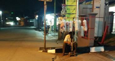 Bantu Pak Yusri, Penjual Gulali Dekat UI