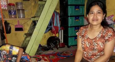 Bantu Ibu Reni Renovasi Rumah di Pinggir Solokan.