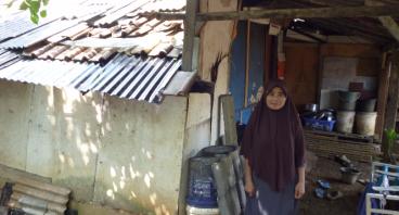 Bantu Ibu Atih Yang Tinggal Di Pinggir Sungai