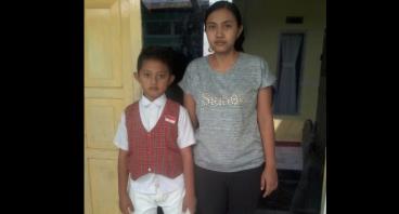 Bantu Ibu Nurhastuti Sekolahkan Anaknya