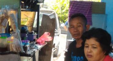 Bantu Bapak Dedi Jualan Nasi Kuning