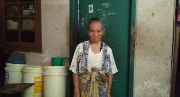 Bantu Nenek Iting Biayai Hidupnya