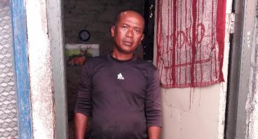 Bantu Penjual Air Membangun Kamar untuk Putrinya