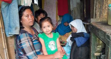 Bantu Ibu Wiwi Buruh Cuci Merenovasi Rumahnya