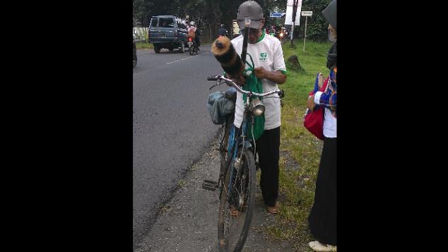 Sepeda Motor untuk Bapak Penjual Kemoceng