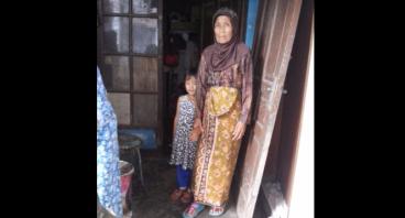 Bantu Ibu Eoh lansia yang super kuat