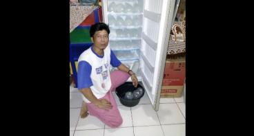 Bantu Pak Budi penjual es batu sekolahkan anak
