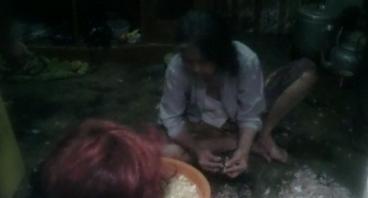 Bantu Nenek Pembersih Bawang Mengobati Anaknya