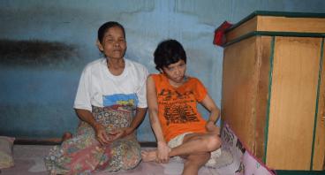 Anaknya Polio, Bantu Nenek Ini Membeli Kursi Roda