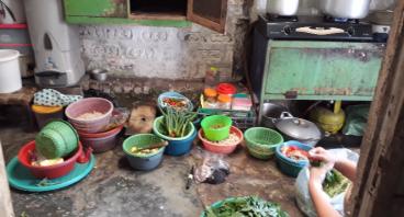 Bantu Bu Uun Mengembangkan Usaha Warung Nasi