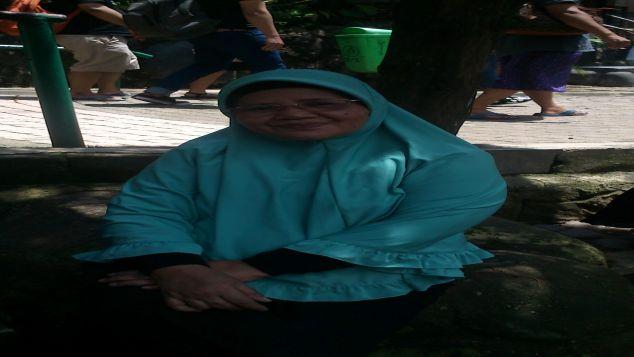 THR  Ibu Siti, pedagang kelontongan  pergi umroh