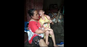 Bantu Bu Rohimah Belikan Kursi Roda Untuk Anaknya