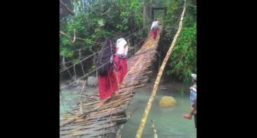 Bantu Bangun Jembatan Permanen Buat Anak Sekolah