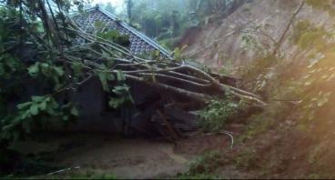 Bantu Pengungsi Bencana Longsor di Takokak Cianjur