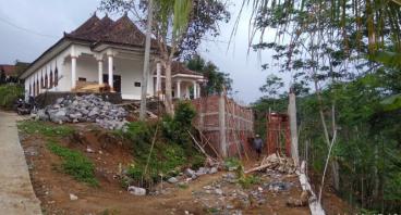 Pembangunan beteng Vihara Kartika Kusala di desa