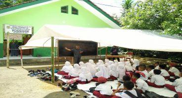 Dari Kita untuk Siswa Belajar di Tenda Tasikmalaya