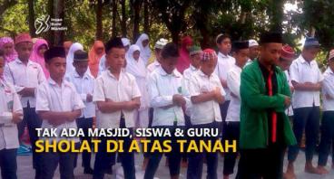 TAK ADA MASJID, SISWA & GURU SHOLAT DI ATAS TANAH