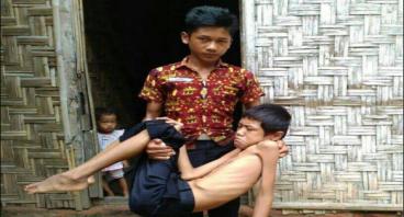 Kasih Sayang Adik pada Kakaknya yang Lumpuh