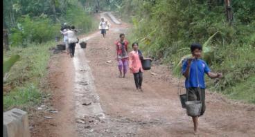 Bantu Warga Banjaran Bangun Jalan Utama Pemukiman