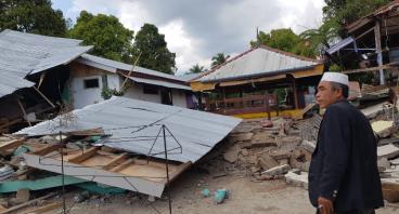 Gotong Royong Bangun Pesantren Roboh di Lombok