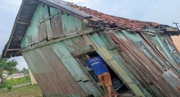Bantu Sumaidi, Bangun Rumah yang Nyaris Roboh