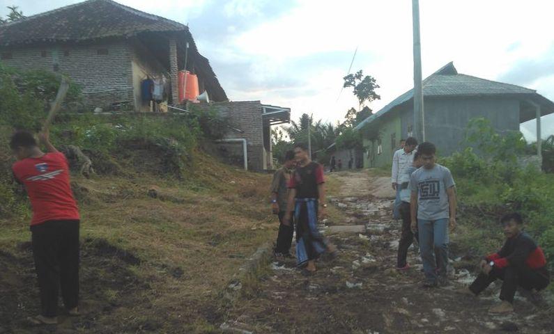 Gotong Royong perbaikan Jalan dan pembuatan Biogas