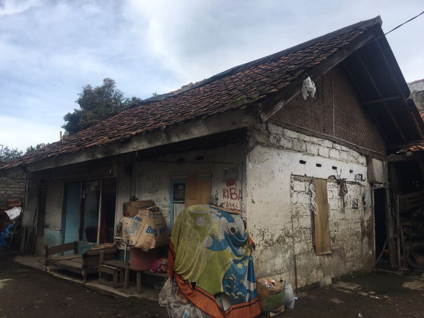 Rumah Emak yang terletak di Lembang, sudah banyak tambalan di setiap sudutnya