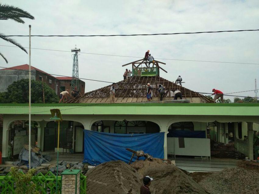 Kerja Bakti Bongkar Atap Masjid