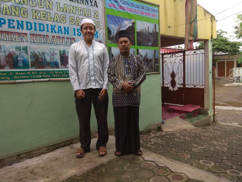 Bersama usatdz M. Nur (kanan) di ponpes Riyadlussalaf Komplek Pondok Bahar