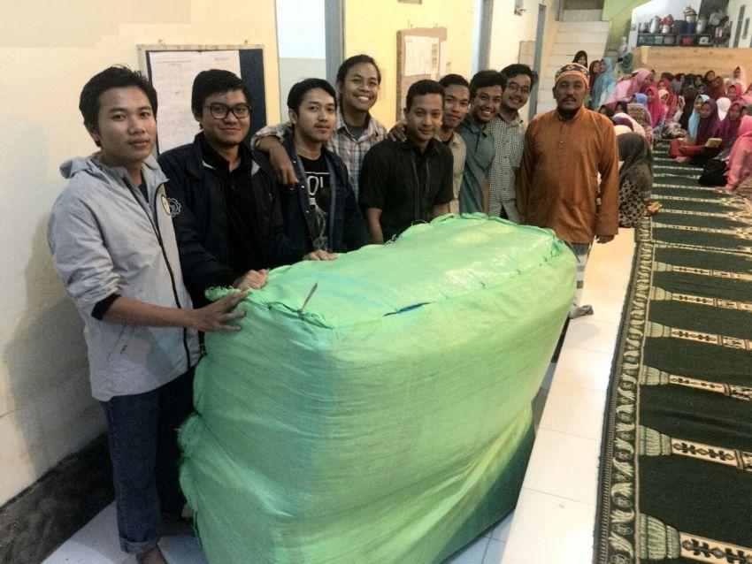 Penyerahan donasi oleh donatur secara resmi ke ketua Panti Asuhan Al-Khaliliyah