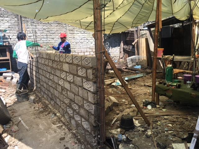 pembangunan dinding dengan batu bata (sebelumnya rumah emak hanya terbuat dari anyaman banmbu, atap bambu dan tanpa besi sebagai pondasi). diambil pada tanggal 01 Mei 2018